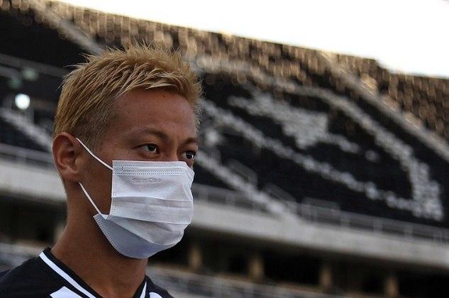Keisuke Honda, do Botafogo, foi visto correndo na orla da praia, no Rio de Janeiro, furando a quarentena.