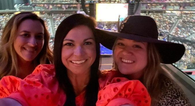 Ao lado de amigas, Kelly Clarkson tirou um fim de semana de folga