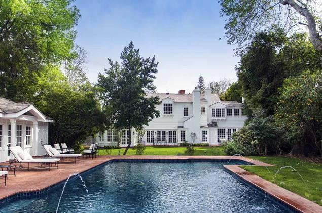Nova mansãoComo se mudou para Los Angeles após se separar, Kelly decidiu comprar uma nova mansão. A propriedade de 464 m² fica na região de Toluca Lake e é avaliada em cerca de R$ 27 milhões, ou US$5,45 milhões. O local conta com um total de 5 quartos e 7 banheiros, piscina, quadras de tênis e basquete, além de uma casa de hóspedes
