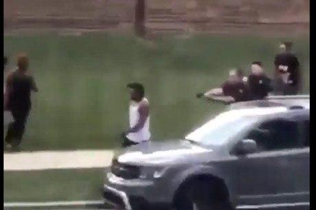 Homem negro foi baleado por policiais