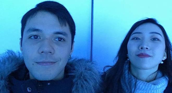 Kenyiti ao lado da namorada, que é de Wuhan: casal passou pela Malásia e Tailândia enquanto esperava reabertura das cidades na China