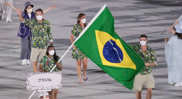 Ketleyn, ao lado de Bruninho, foi apenas a terceira porta-bandeira da história do Brasil