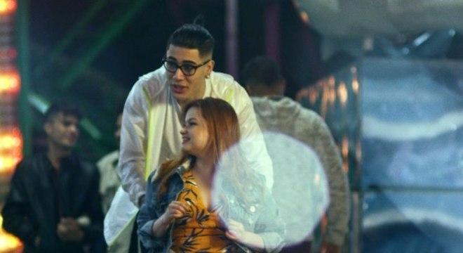"""Kevinho empurra Paula Vieira na cadeira de rodas em cena do clipe """"O Bebê"""""""