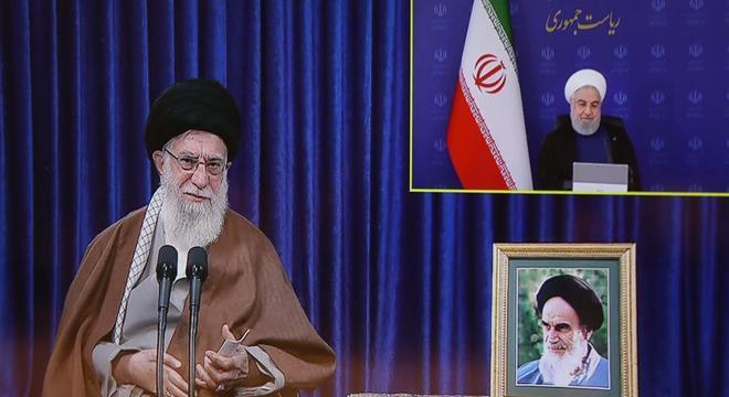 Khamenei em teleconferência com o presidente iraniano, Hassan Rohani