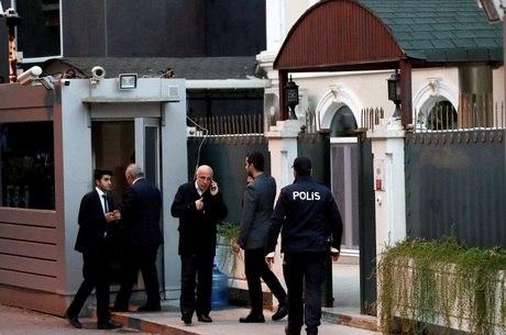 Policiais turcos em frente à casa do cônsul saudita