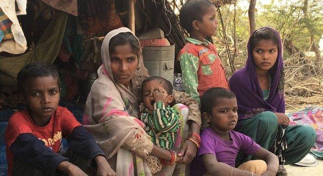 A criança vive com sua mãe e quatro irmãos