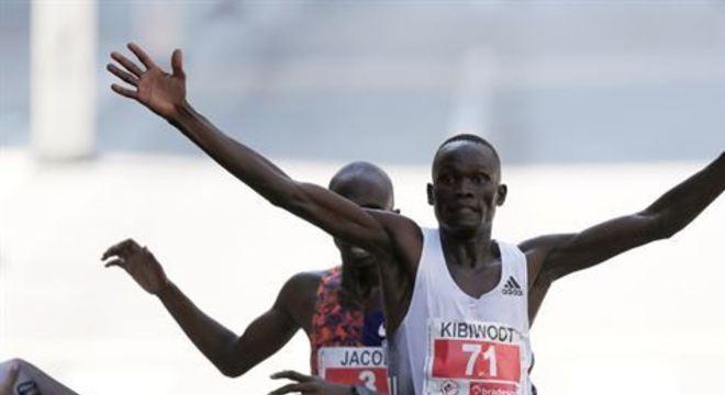 Kibiwott Kandie deu um sprint final espetacular para ultrapassar Jacob Kiplimo, de Uganda, e vencer a prova