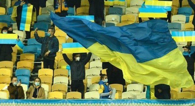 Público esparso, mas presente em Kiev