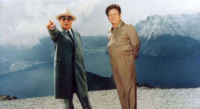 Kim Il-sung (à esq.) é o fundador da Coreia do Norte
