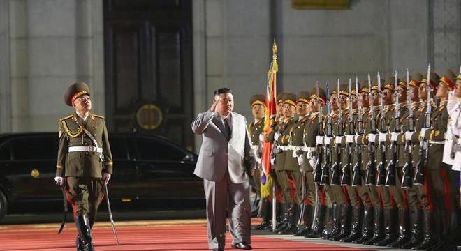 Kim Jong-un inspecionando guardas durante desfile militar onde novo míssil foi exibido