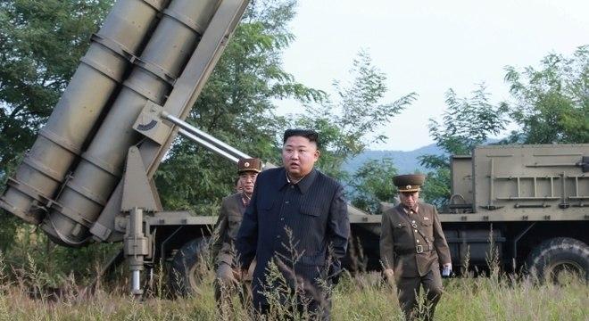 Líder da Coreia do Norte, Kim Jong-un, inspeciona teste com lança-foguetes