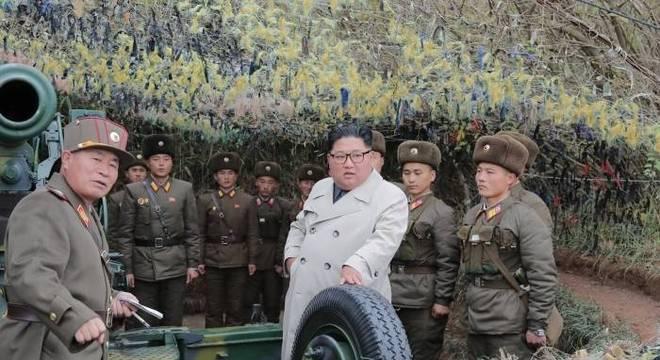 Kim Jong-un com militares na Coreia do Norte, em foto de novembro de 2019