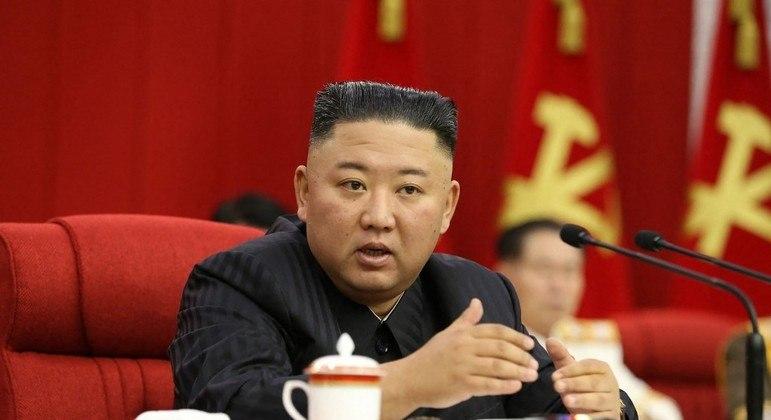 Líder norte-coreano fala durante reunião do comitê central do partido