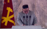 O líder norte-coreano Kim Jong Un ficou visivelmente emocionado durante um discurso em uma parada militar no fim de semana, enquanto agradecia às tropas por seus sacrifícios e pedia desculpas aos cidadãos por não ter conseguido melhorar suas vidas. O público também se emocionou e chorou junto com o líder