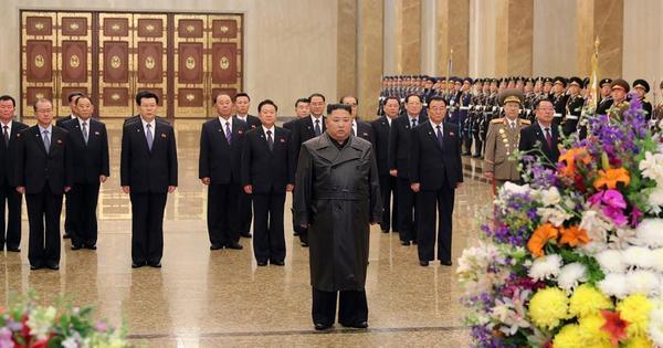 Kim Jong-un reaparece em público para homenagear seu pai