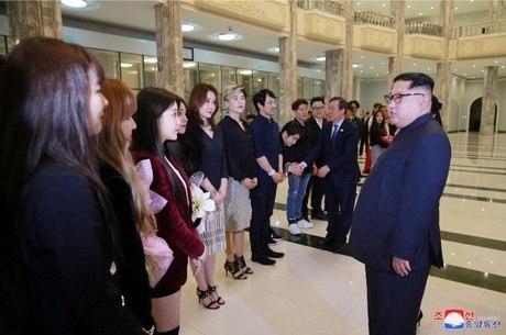 Kim Jong-un tirou fotos com artistas sul-coreanos