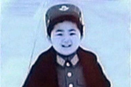 Kim Jong-un na infância com um uniforme militar