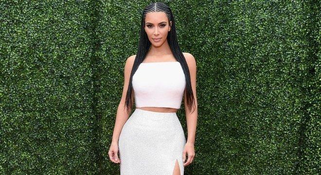 """Kim Kardashian já foi alvo de críticas por usar tranças e """"tentar parecer negra"""""""