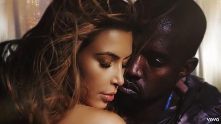 Apesar de recém-separados, vale lembrar que Kim Kardashian e Kanye West estrelaram o clipe deBound 2, música do rapper.Na produção, a socialite aparece bastante sensual. Os dois começaram o relacionamento em 2012, se casaram em 2014 e, no início deste ano, anunciaram o divórcio
