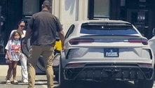 Kim Kardashian deixa restaurante em carro de mais de R$ 3 milhões