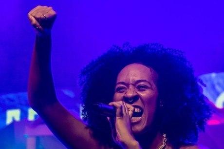 """""""Minha poesia fala sobre ser uma mulher negra"""", diz Kimani"""