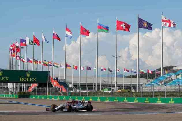 Kimi Räikkönen acelera no veloz circuito russo