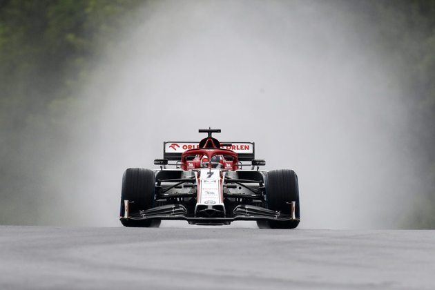 Kimi Räikkönen acelera sua Alfa Romeo debaixo de muita água