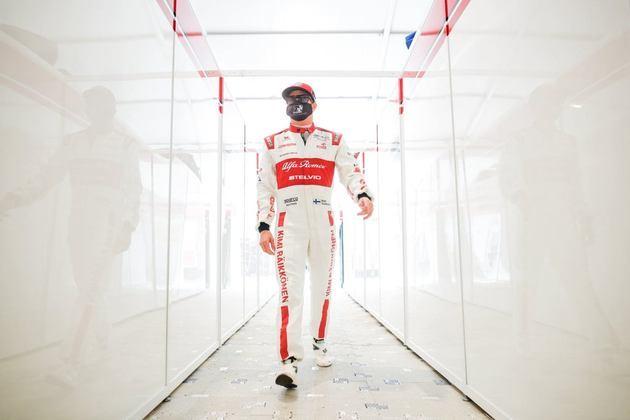 Kimi Räikkönen caminha no paddock do circuito de Mugello