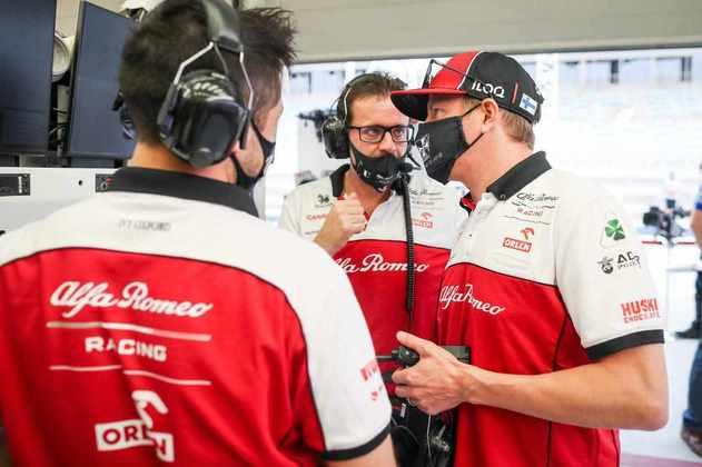 Kimi Räikkönen conversa com o time no Bahrein.