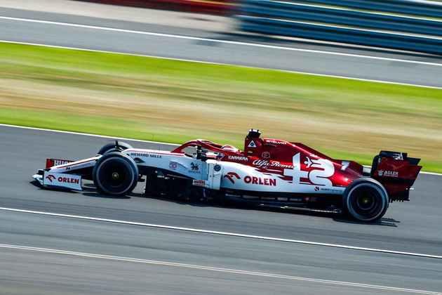 Kimi Räikkönen, de Alfa Romeo, fechou em 15º