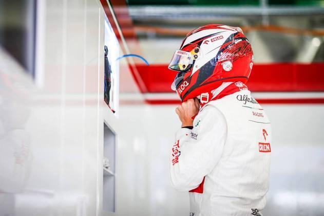 Kimi Räikkönen preparando-se para entrar em ação na pista russa
