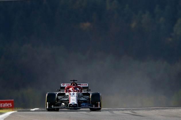 Kimi Räikkönen, que vai se tornar o piloto com mais GPs na F1, larga em 19º