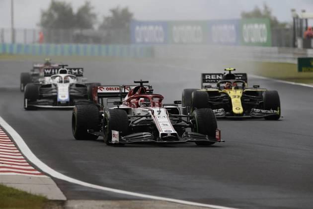 Kimi Räikkönen recuperou-se da classificação ruim, mas foi punido e terminou em 15º