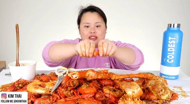 A youtuber americana Kim Thai tem um canal de vídeos de 'mukbang' em que come alimentos de diferentes partes do mundo