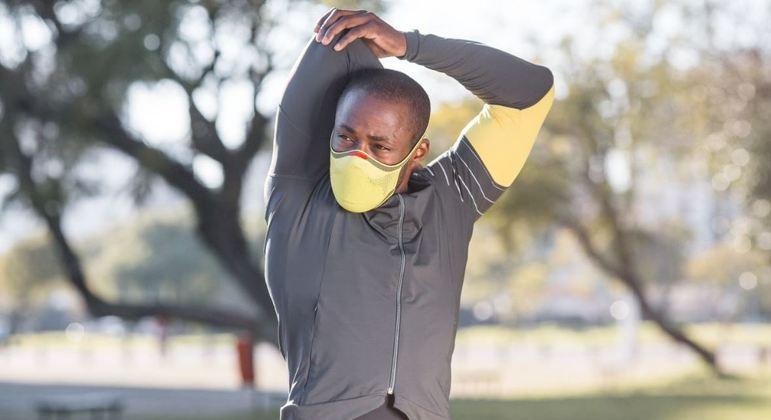 A Máscara KNIT Fiber está disponível em dois tamanhos e nas cores preto, cinza, verde limão e rosa