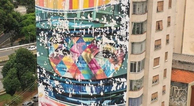 O mural foi criado em 2015, também devido a parceria entre a marca e o artista.