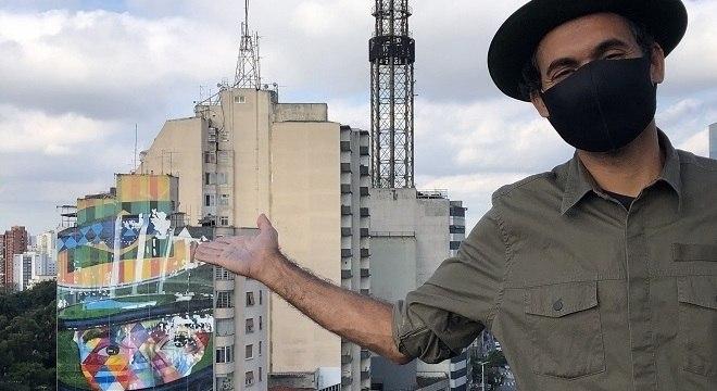 A arte mostra o piloto brasileiro de capacete e olhar expressivo e é uma das principais obras de Kobra