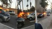 Vídeo: kombi pega fogo e desce rua na zona leste de SP desenfreada