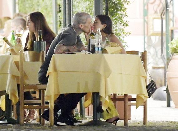 Eles também trocaram beijos e carinhos enquanto estavam sentados no restaurante