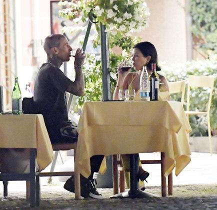 Ainda em Portofino, eles tiveram um jantar especial em um famoso restaurante. O casal bebeu vinho tinto e brindou durante a ocasião