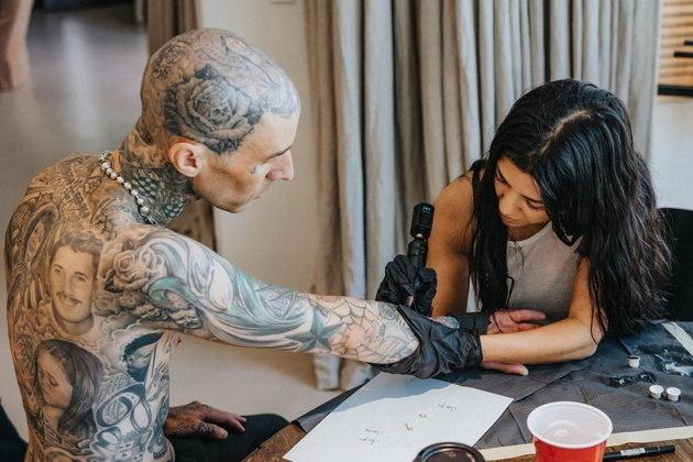 E as tatuagens não pararam apenas no nome de Kourtney. A empresária e influenciadora também fez ela mesma uma tatuagem no braço de Travis