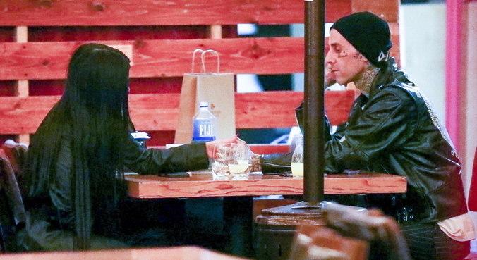Em jantar romântico, Kourtney Kardashian e Travis Barker deram as mãos