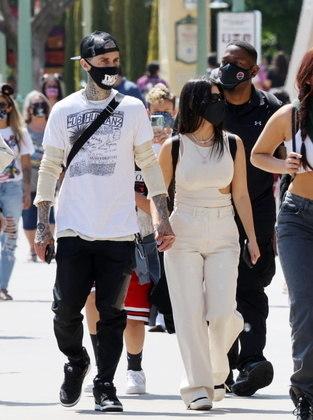 Apaixonados, o músico e a empresária andaram de mãos dadas durante o passeio