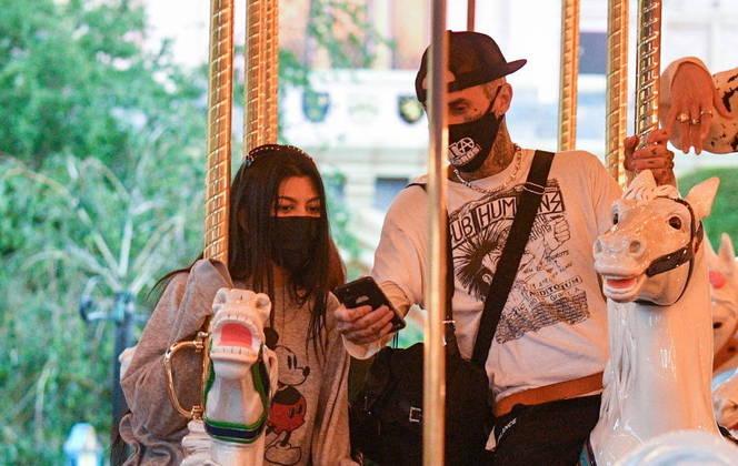 Kourtney Kardashian e Travis Barker foram fotografados durante um passeio em família nesta semana. O casal curtiu o parque Disneyland, na Califórnia, ao lado dos filhos