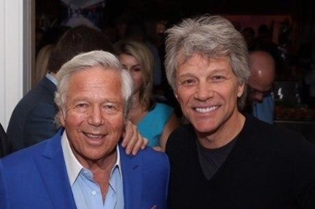 Kraft (à esquerda), ao lado do astro Bon Jovi, torcedor do Patriots
