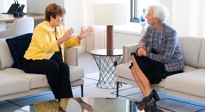 Kristalina Georgieva (esq.) substitui Christine Lagarde (dir.) como dirigente do FMI