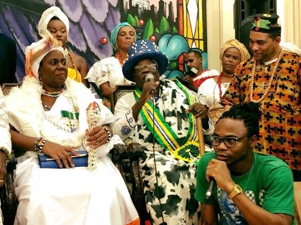 Por ocasião da visita do rei do Benin, ao Fórum Social Mundial, em março de 2018, Abbé Tossa serviu de intérprete para a autoridade, o que ajudou a amplificar sua popularidade