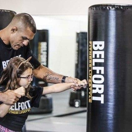 Desde pequena, a menina gosta de treinar com o pai