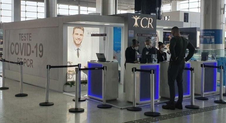 Testes de covid no Aeroporto de Guarulhos (SP), por onde passaram dois casos confirmados da variante indiana