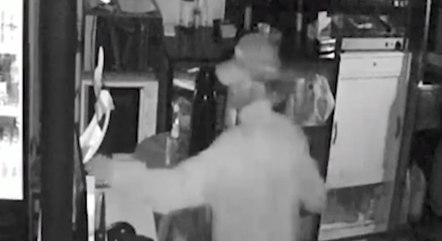 Câmera flagrou ladrão furtando o restaurante